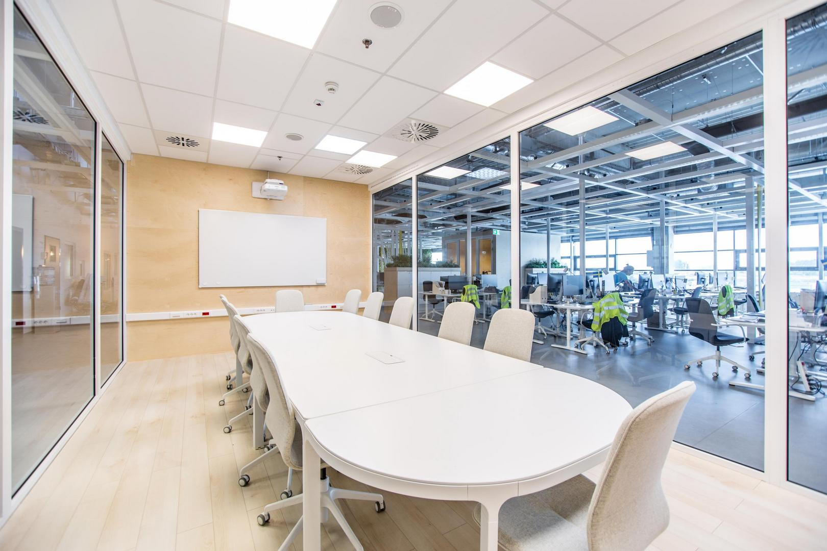 Az IKEA tárgyalójának hangosítási és megjelenítő rendszere