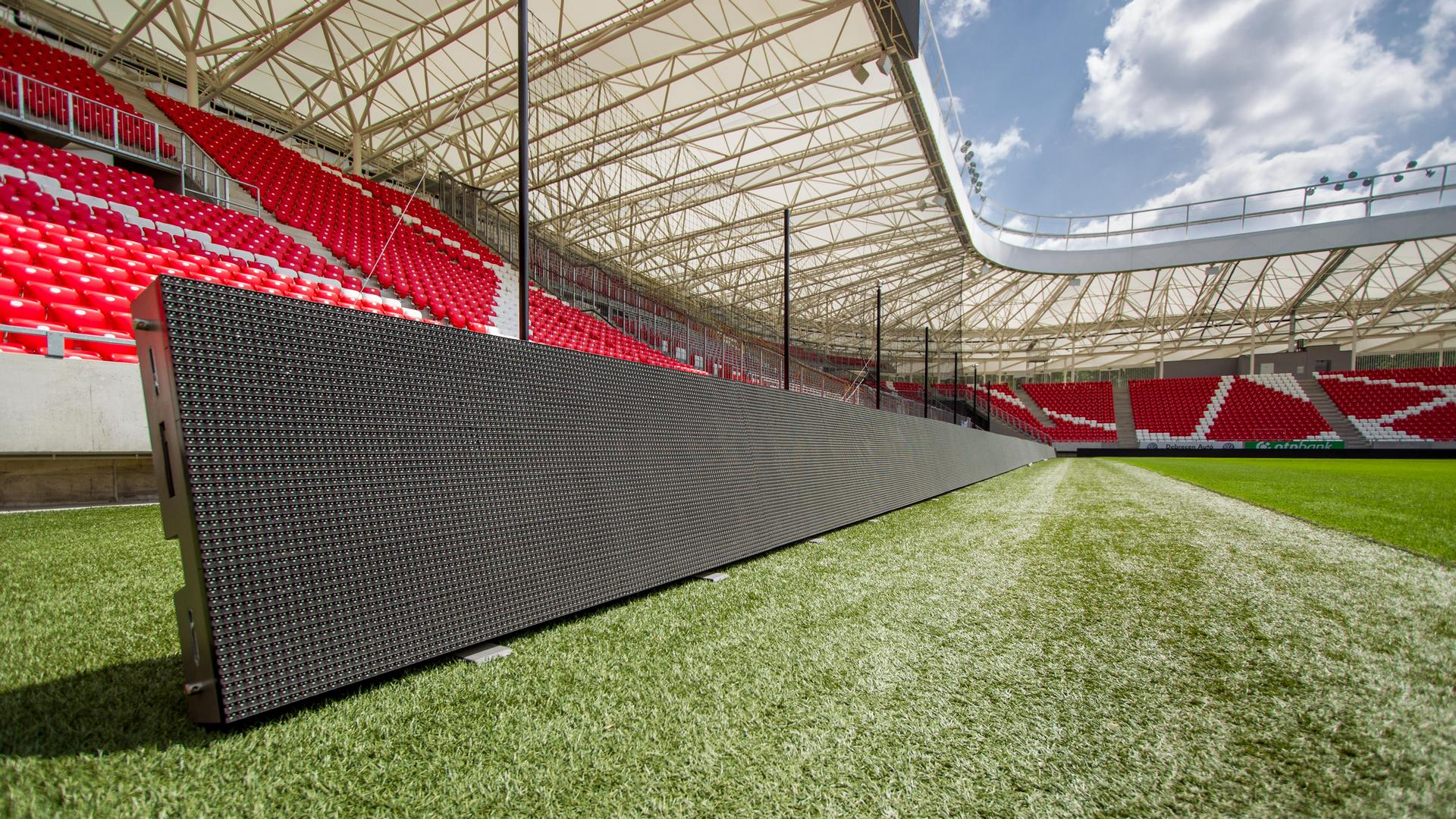 A Nagyerdei Stadion pálya körüli LED megjelenítői