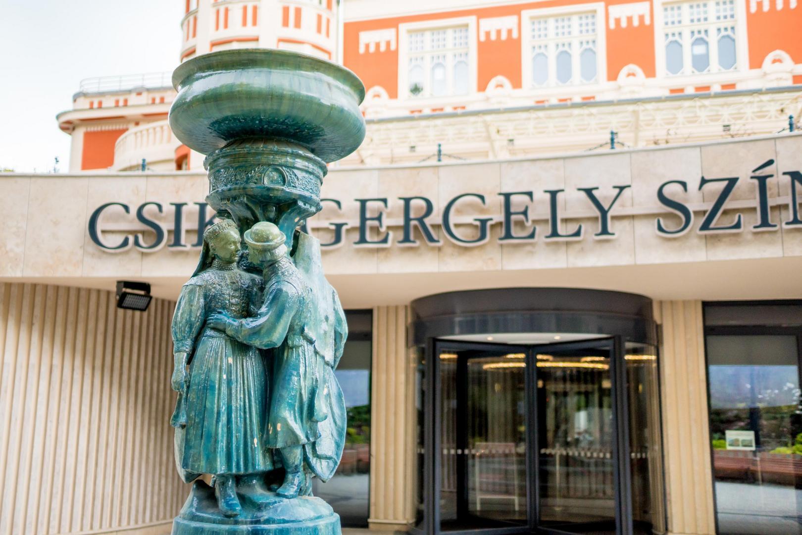 A Csíky Gergely Színház főbejárata