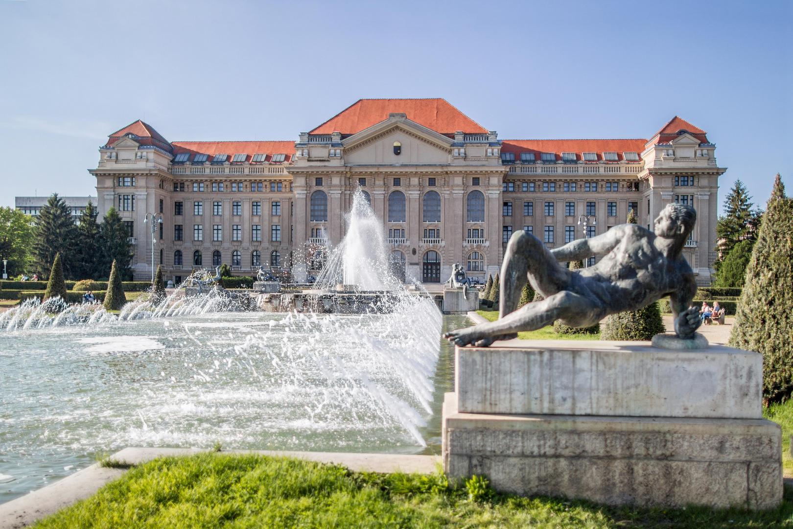 A Debreceni Egyetem épülete és parkja