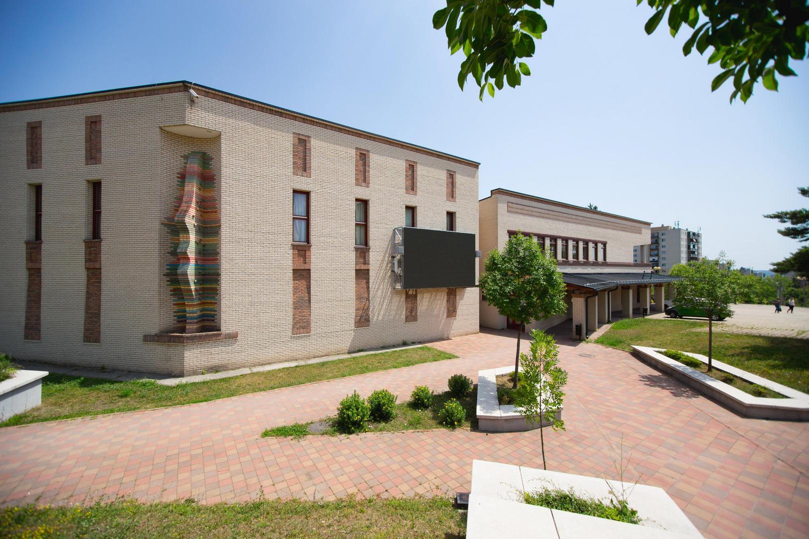 A Móra Ferenc Könyvtár falán található megjelenítő