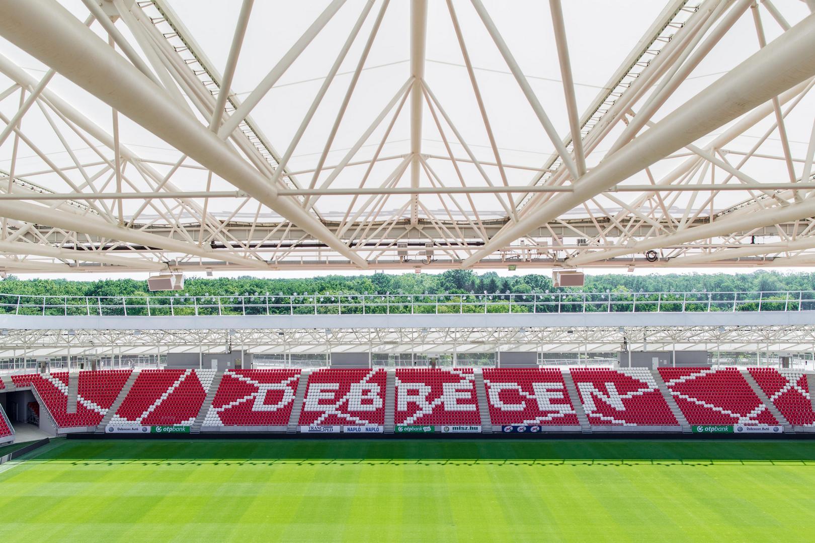 A Nagyerdei Stadion tetőszerkeszetére erősített hangsugárzók